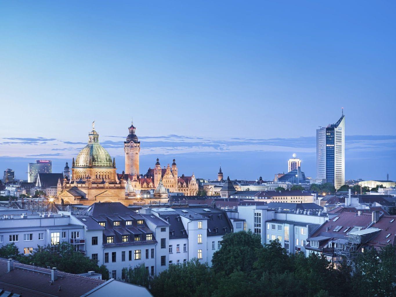 Avondstemming over de Skyline van Leipzig in de Duitse deelstaat Saksen