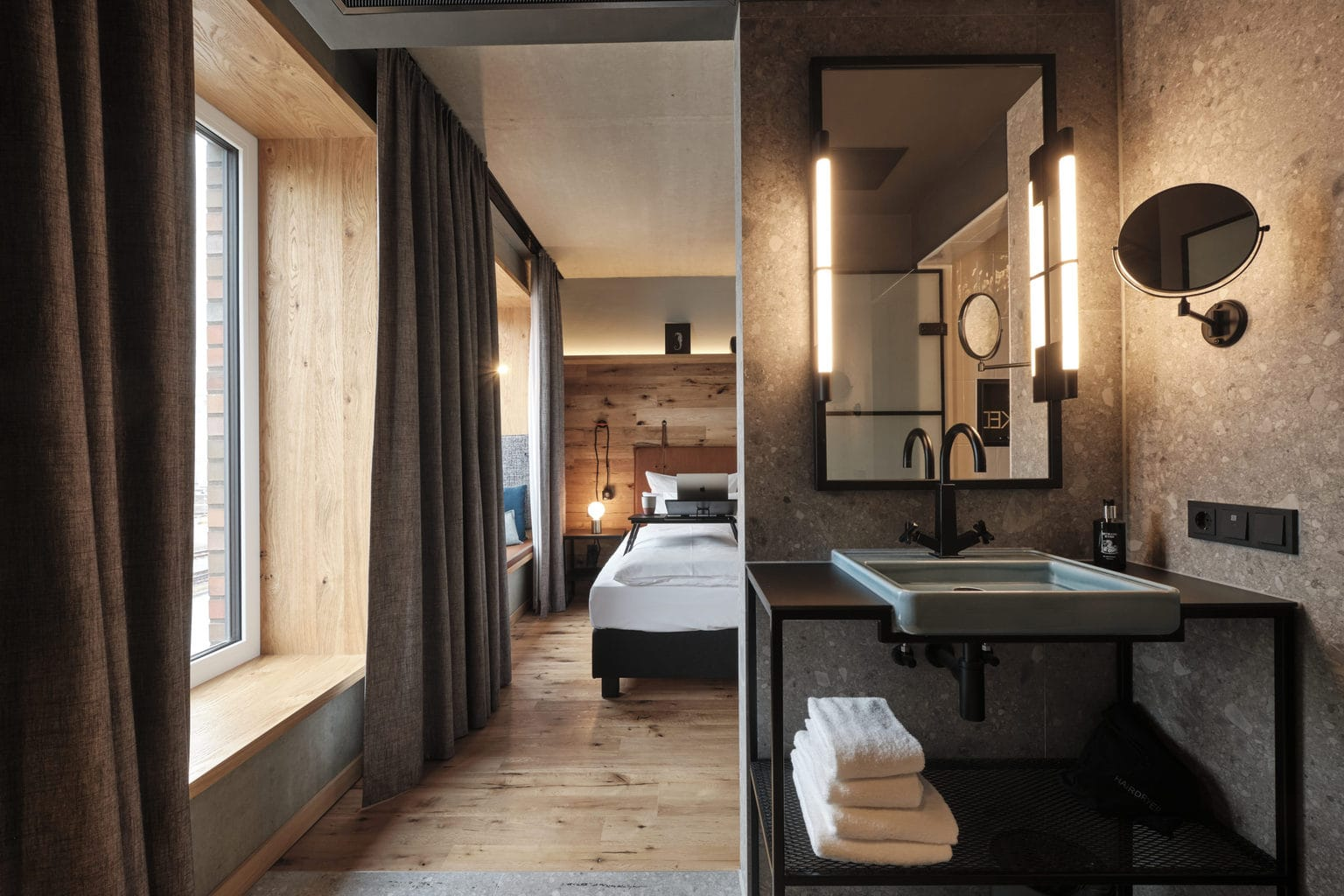 Badkamer en slaapkamer met strak design in het me and all hotel in Kiel
