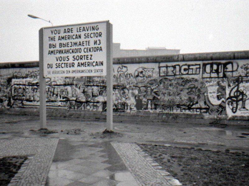De Amerikaanse sector van Berlijn langszij de Berlijnse muur toen de stad nog gedeeld was