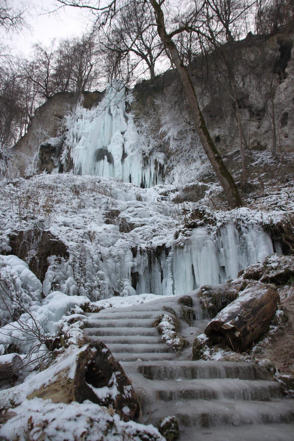 Het bevroren waterval in Urach op de Schwäbische Alb