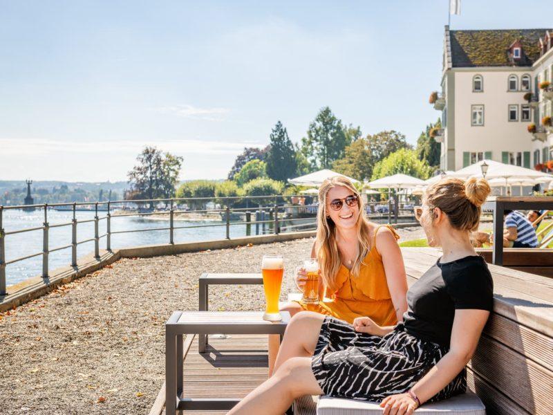 Twee vrouwen in een van de mooiste Biergärten in Baden-Württemberg