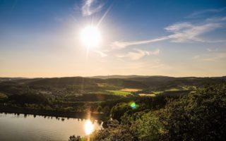 De Biggesee met een diep staande zon in het Duitse Sauerland