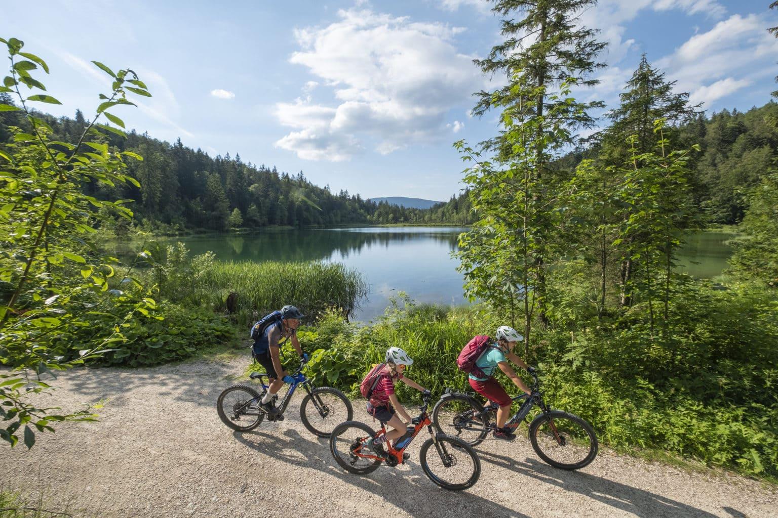Mountainbikers aan een meertje in de Chiemgau