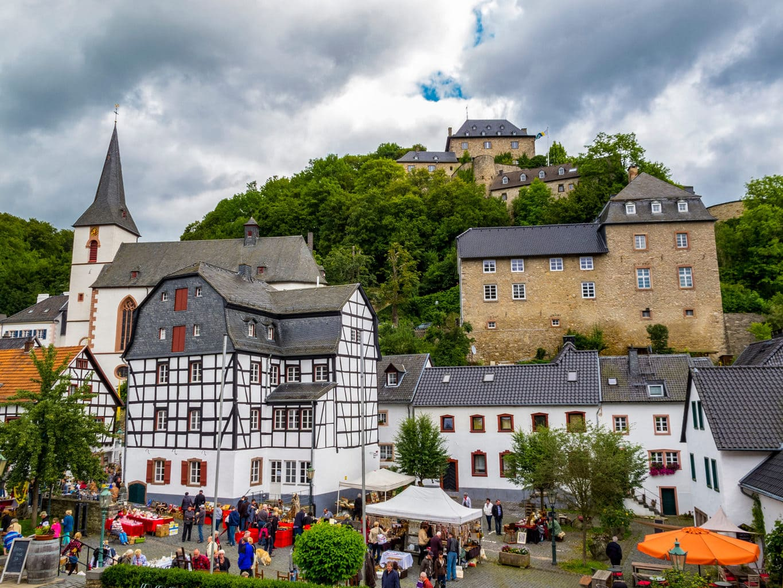 Het plaatsje Blankenheim in de Eifel met vakwerkhuizen en een burcht