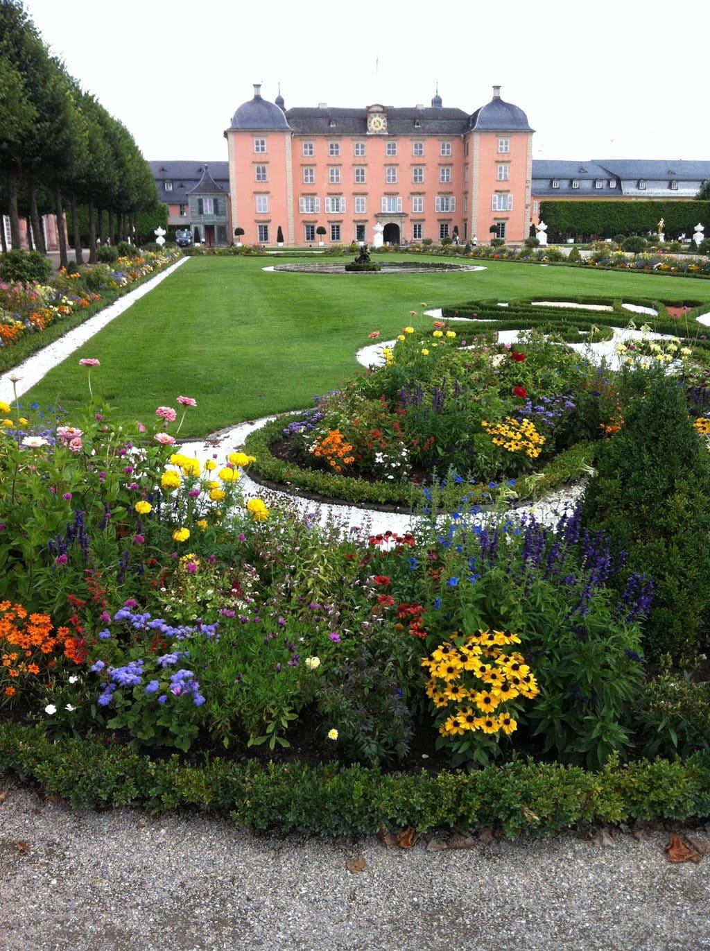 Bloemenbed met kasteel Schwetzingen op de achtergrond