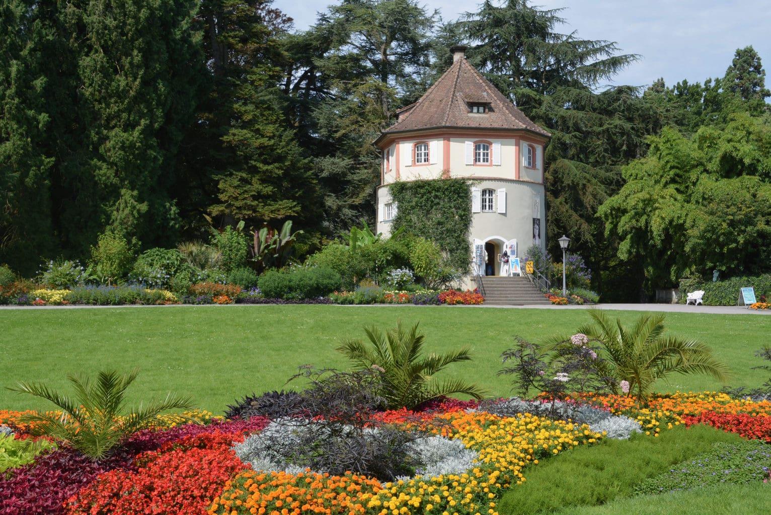 Torentje met bloemen op het eiland Mainau een van de mooiste parken van Duitsland