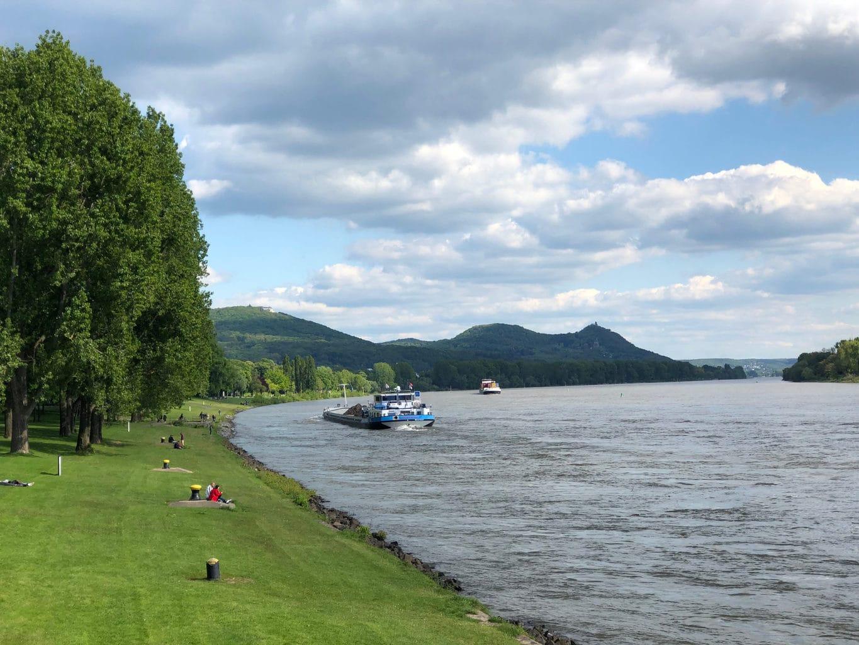 De Rijn in de buurt van Bonn met de Drachenfels