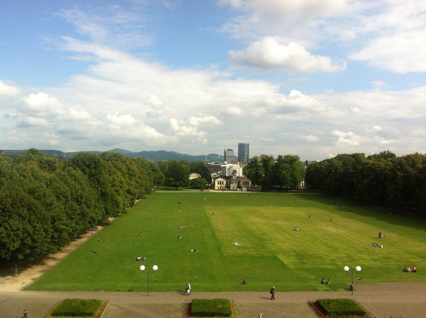 Hofgarten met wolkenkrabbers in Bonn en het zevengebergte op de achtergrond