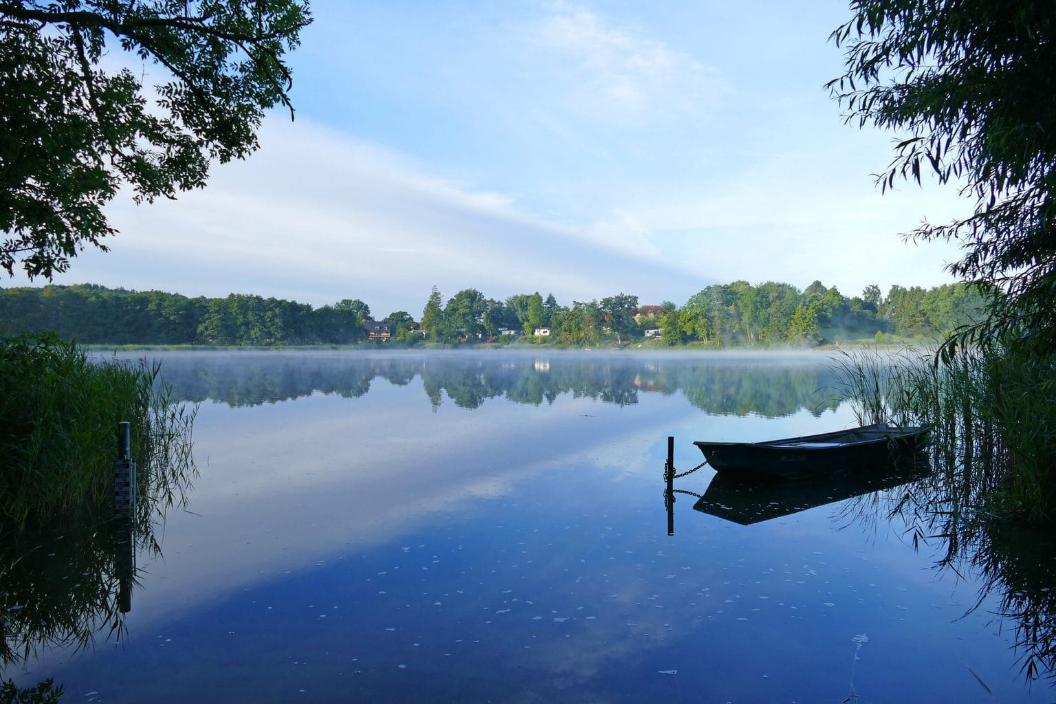 Een boot in de mist op de Pönitzer See in Sleeswijk-Holstein