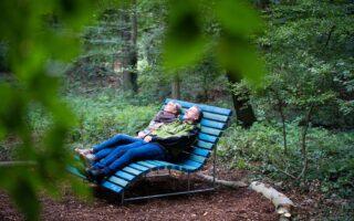 Stel tijdens het bosbaden in Bad Laer