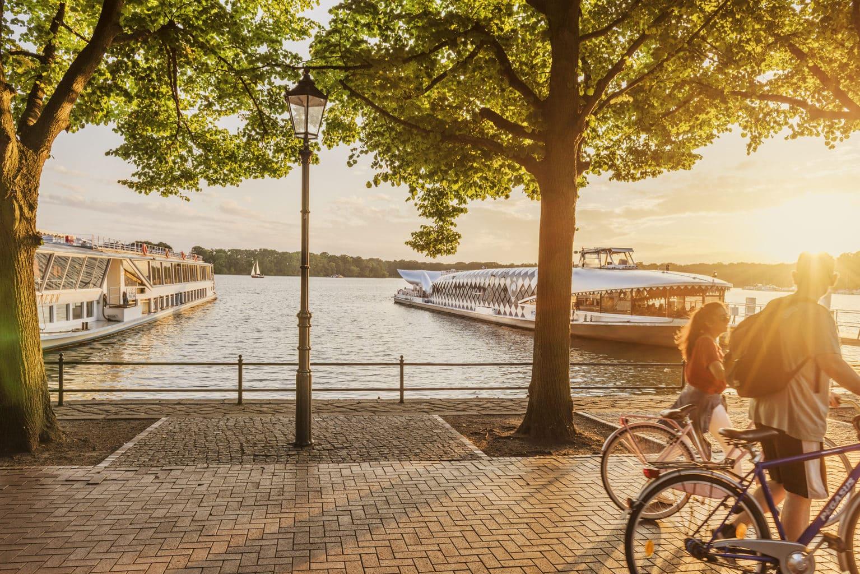 De Greenwichpromenade aan de Tegeler See in de Berlijnse wijk Reinickendorf