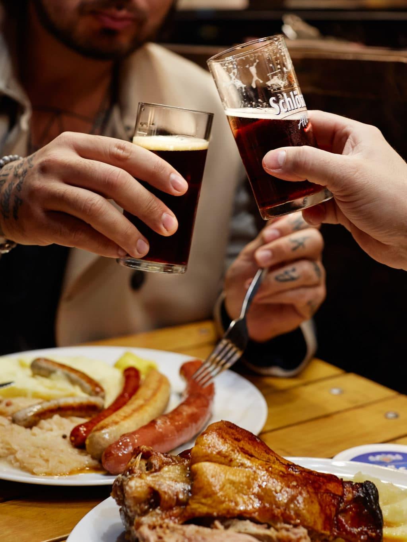 Altbier drinken en rustikale gerechten nuttigen hoort bij een bezoek aan Düsseldorf