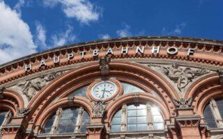De façade van het stationsgebouw van Bremen
