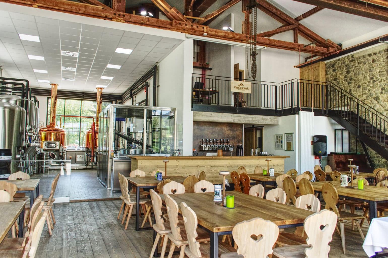 De splinterniewu privebrouwerij van Oberaudorf met restaurant van binnen