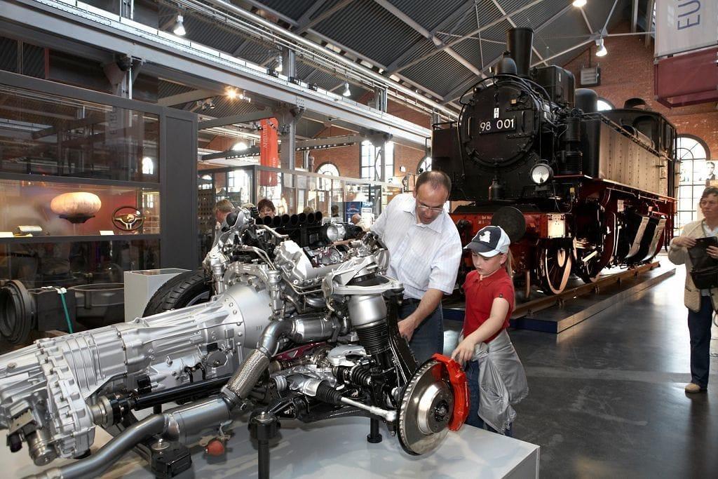 Het industriemuseum van Chemnitz met motor en lokomotief