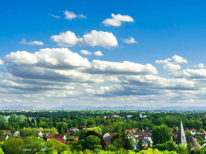 Uitzicht over Dachau met in de verte München en de Alpen