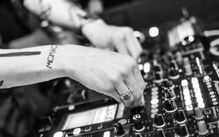 Een DJ tijdens het mixen in Keulen
