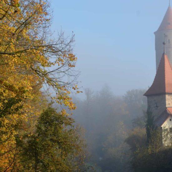 De groene toren in het Duitse Dinkelsbuehl ligt aan de Romantische Straße