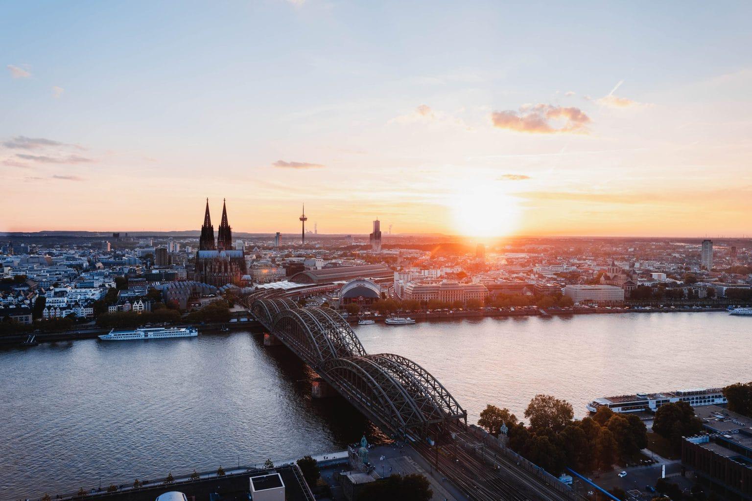 De Dom van Keulen met de skyline en de Rijn is een van de 15 populairste bezienswaardigheden van Duitsland
