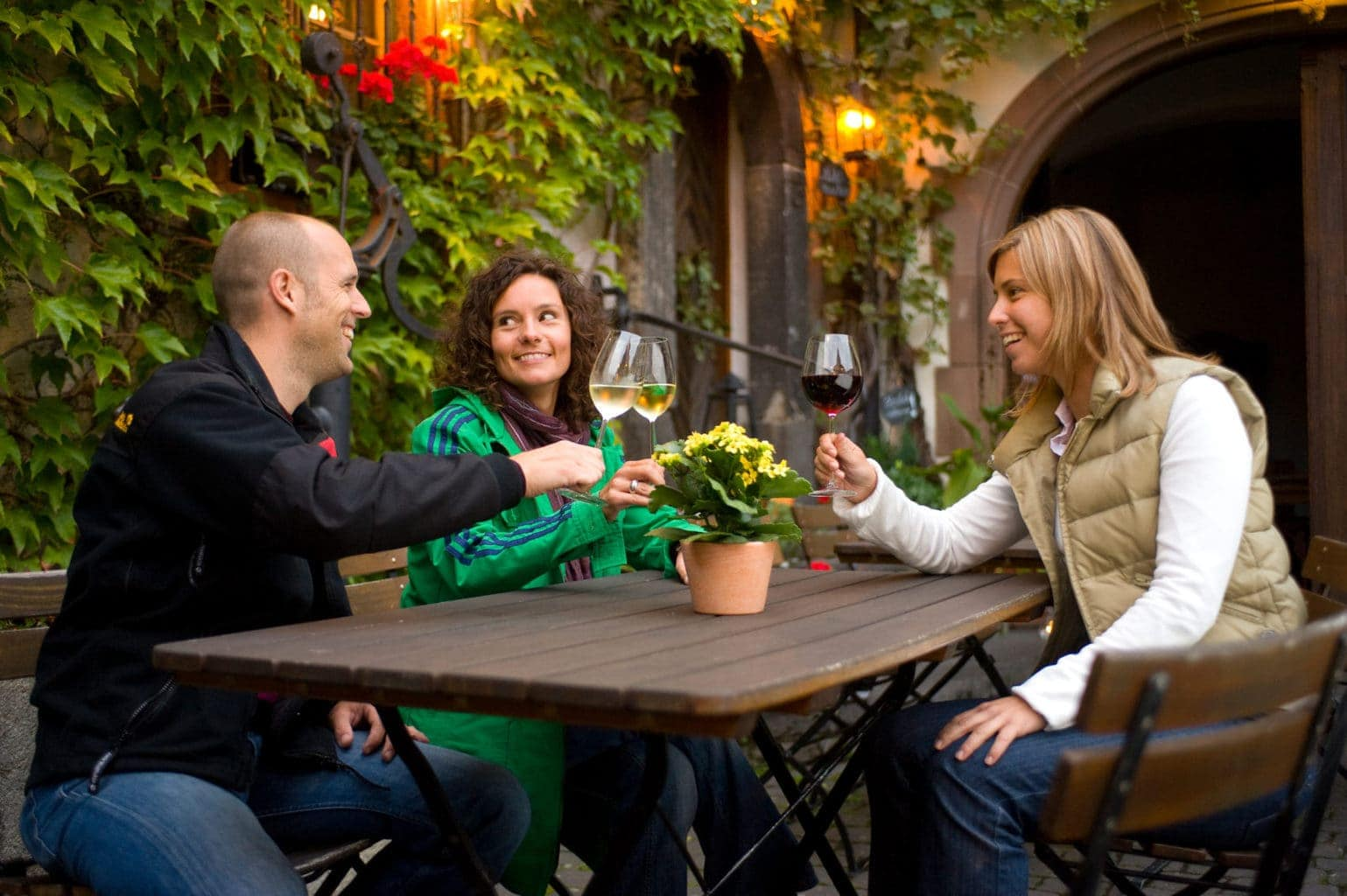 Drie jonge mensen genieten van een lekker glas Duitse wijn