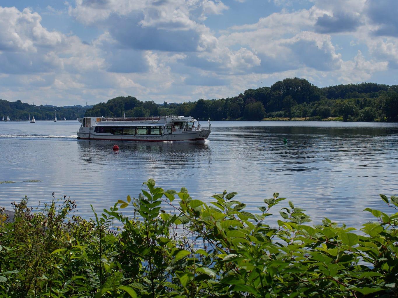 Een touristenbootje op de Baldeneysee in Essen