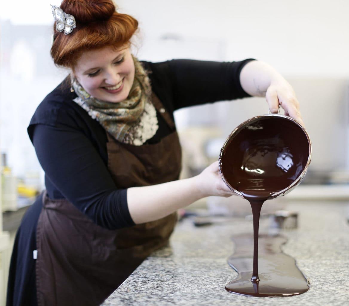 Eigenares Solvejg Klein maakt veganistische pralines voor haar bedrijf Bernsteinzimmer