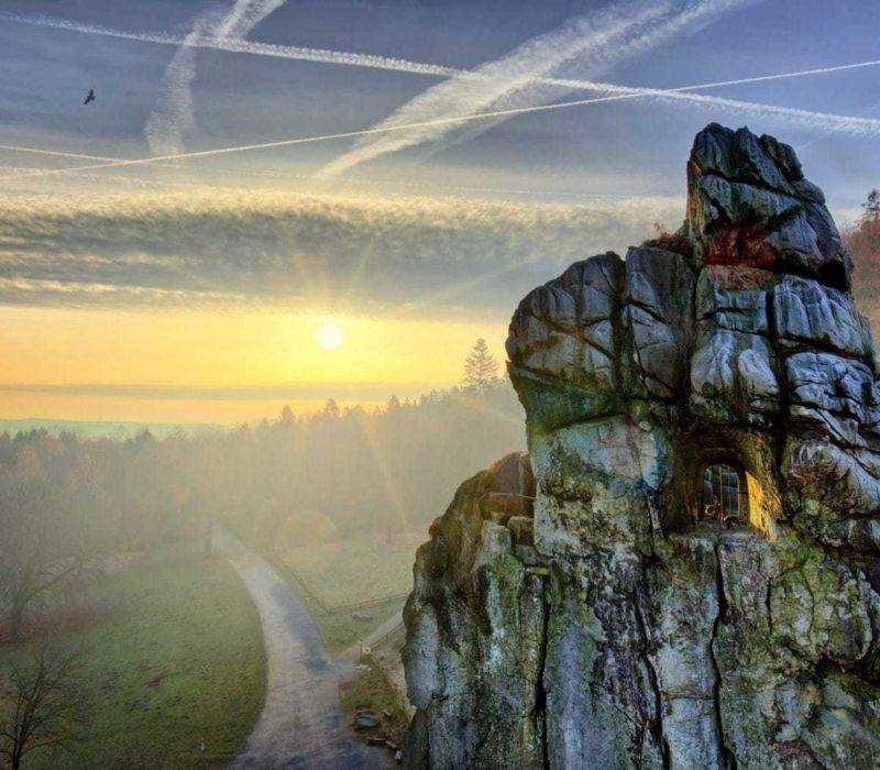 De Externsteine in het Teutoburger Woud tijdens de zonsondergang