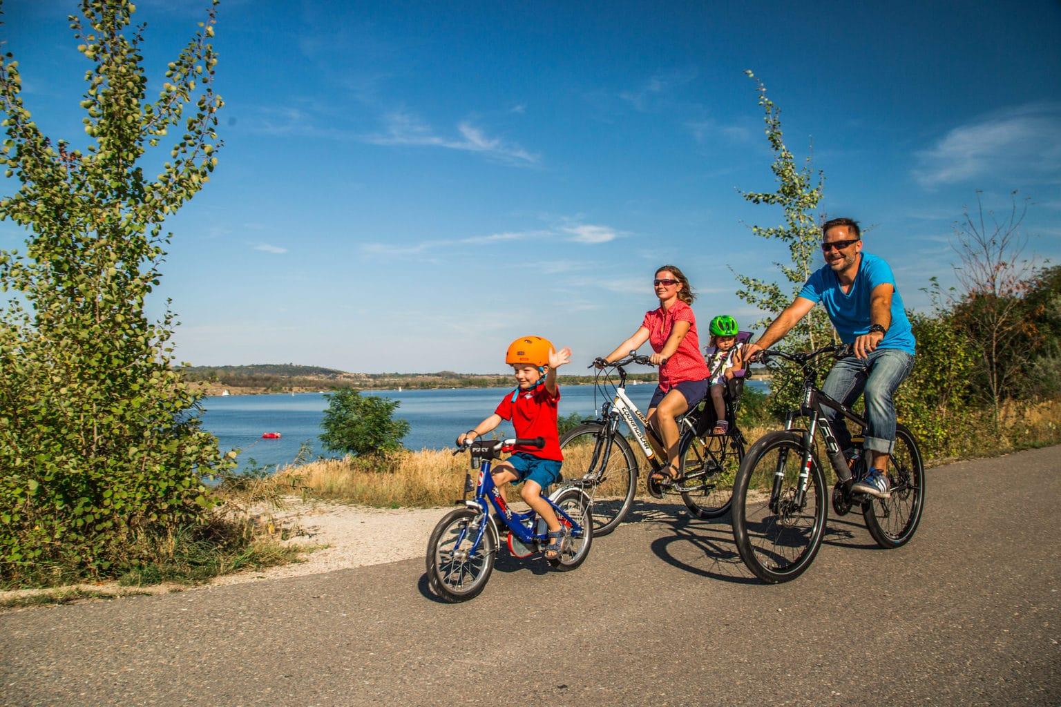 Een familie tijdens een fietstocht aan de Geiseltalsee in de regio Saale-Unstrut