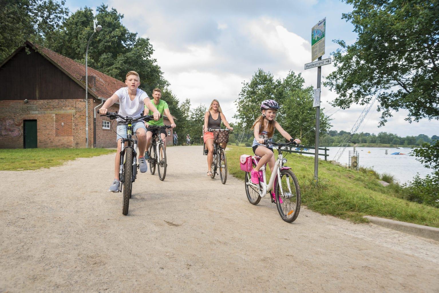 Een familie op stap met de fiets in het Duitse Emsland
