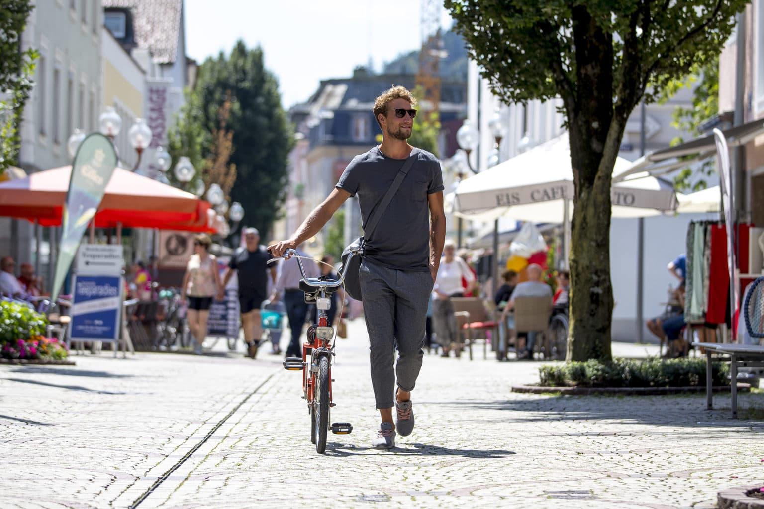 Een man met een fiets in de winkelstraat van Bad Reichenhall