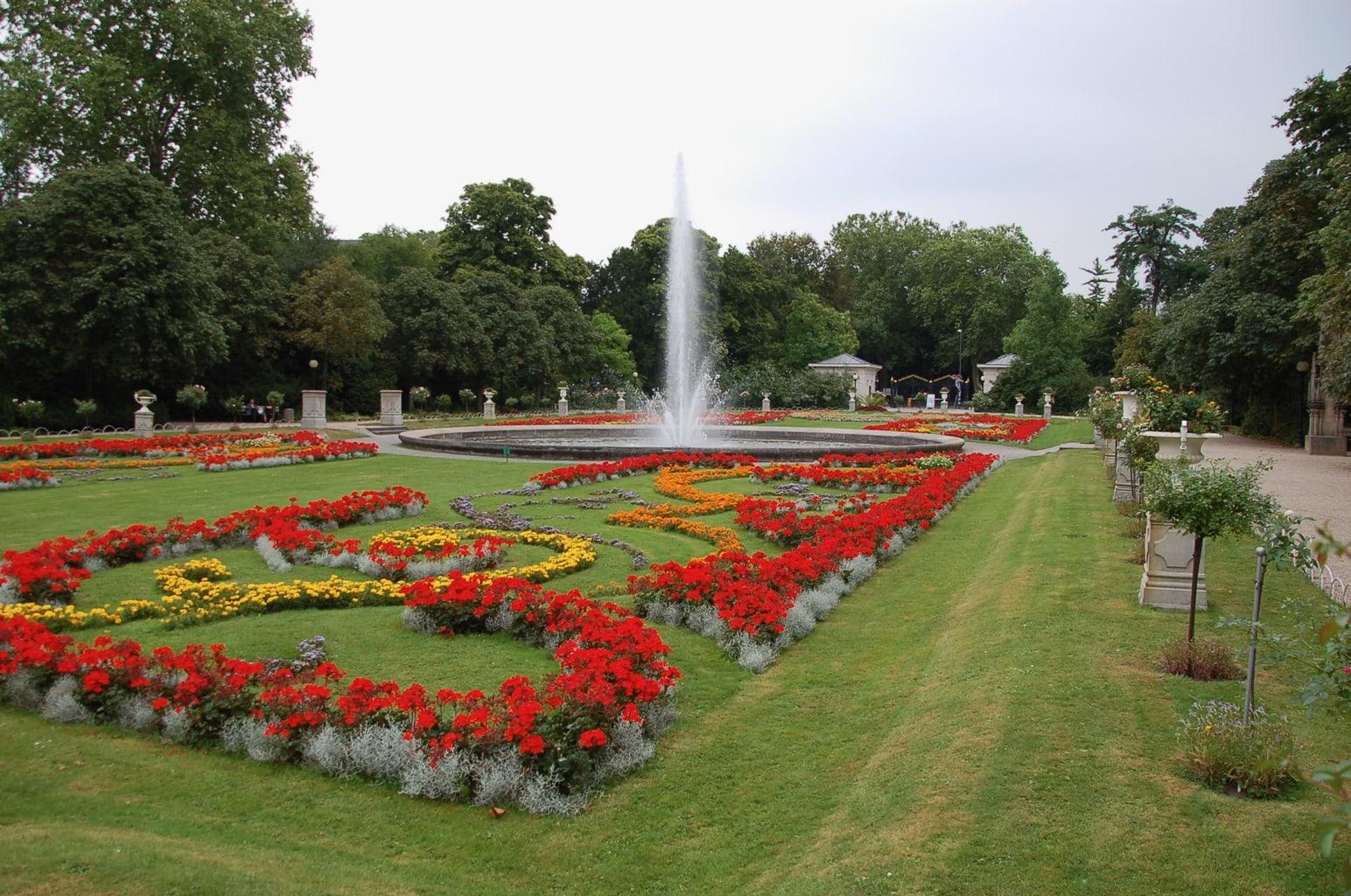 Fontein in de Flora in Keulen met bloemenbed