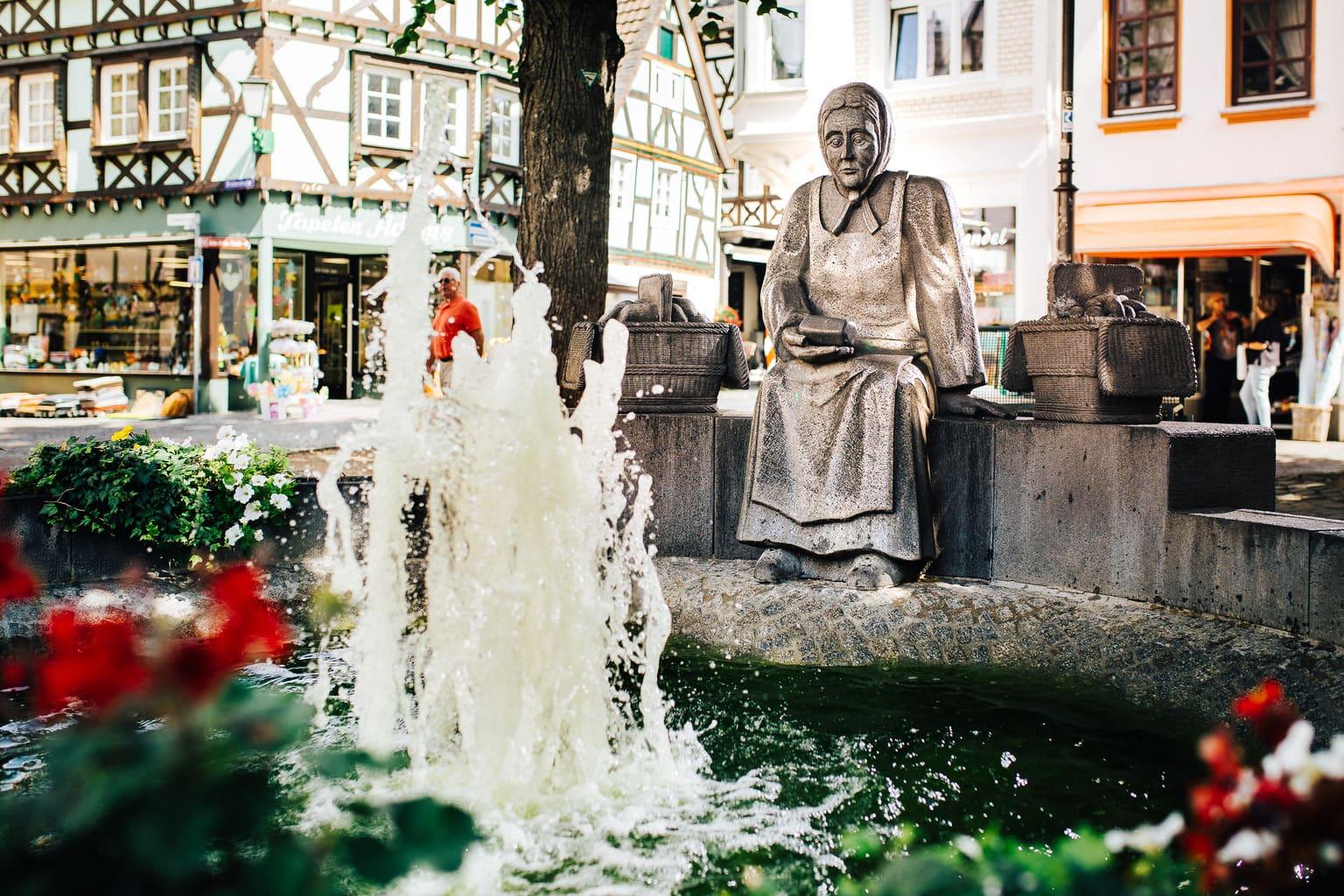 Fonteintje in Linz am Rhein in de zomer