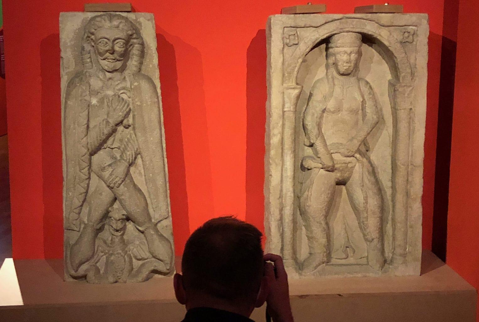 """Fotograaf voor reliefs van de Keizers in de tentoonstelling """"Die Säulen der Macht"""" in het Landesmuseum van Mainz"""