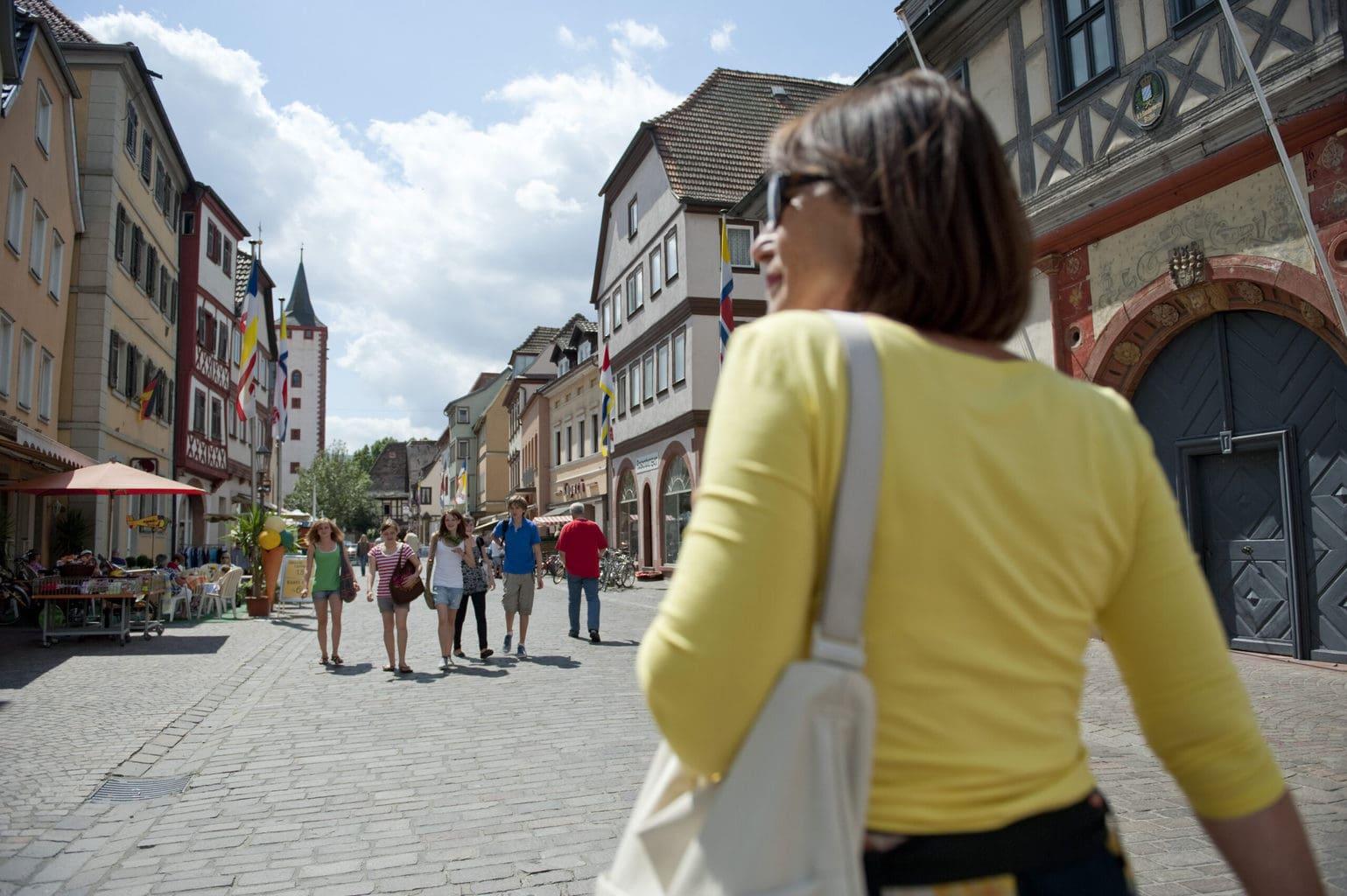 Een vrouw in een winkelstraat in Franken