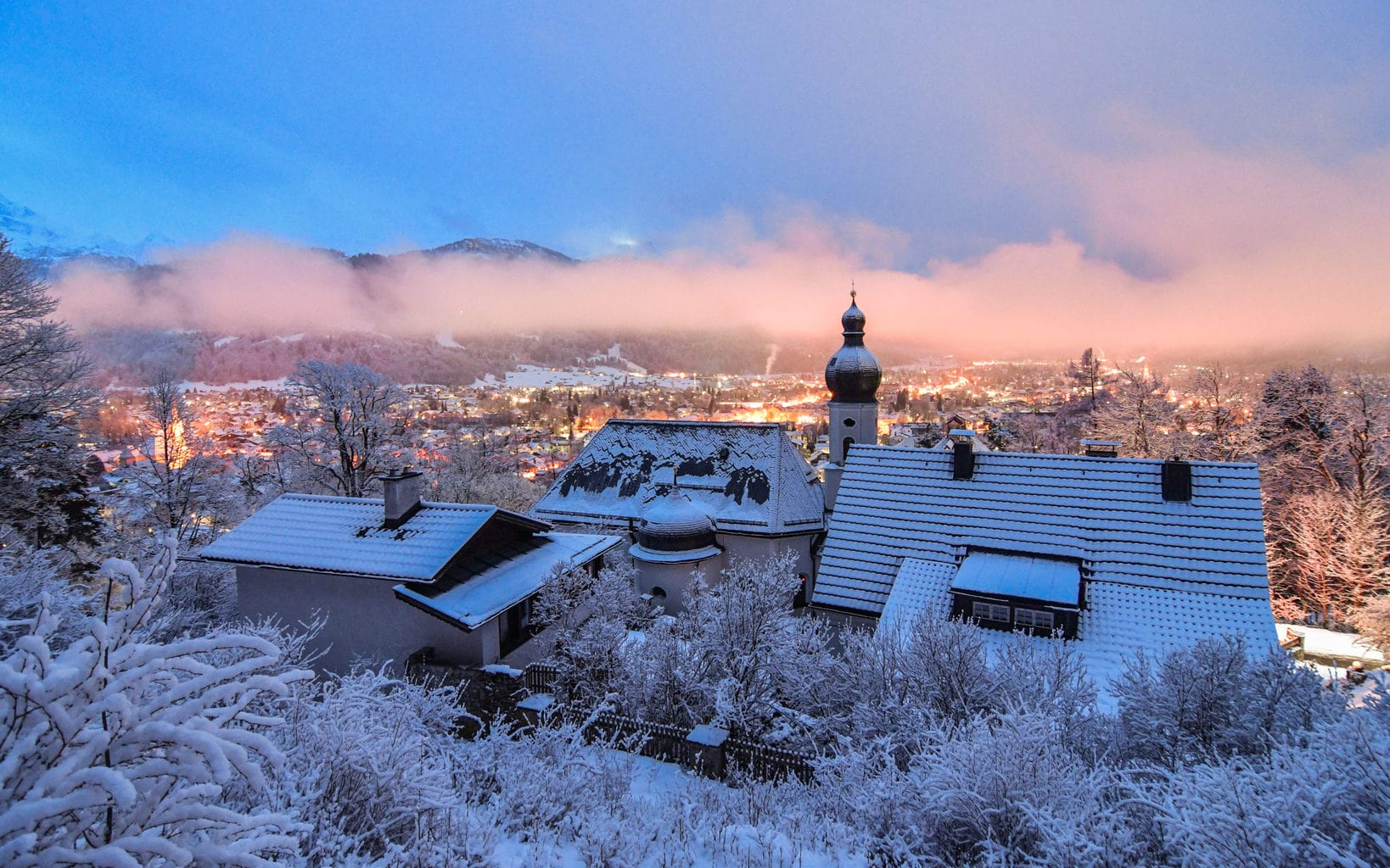 Sneeuw met zon en mist op een piste in Garmisch Partenkirchen