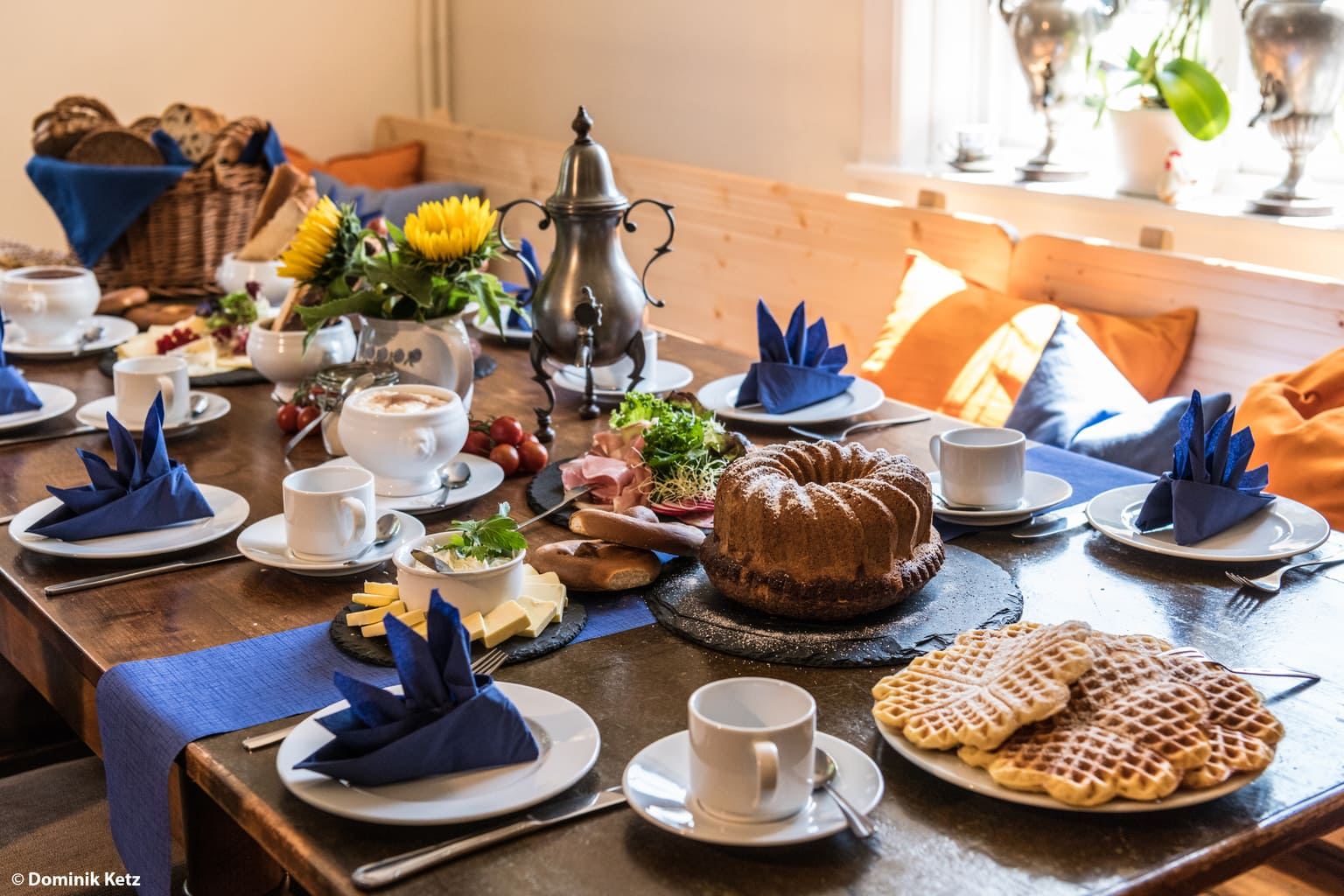 Gedekte koffietafel in de Neuemuehle in het Bergische Land