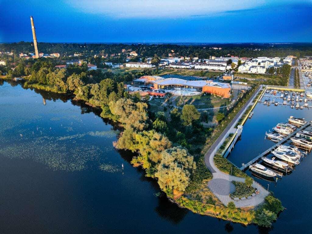 Luchtopname von de Havel-Therme in Brandenburg met waten en bootjes