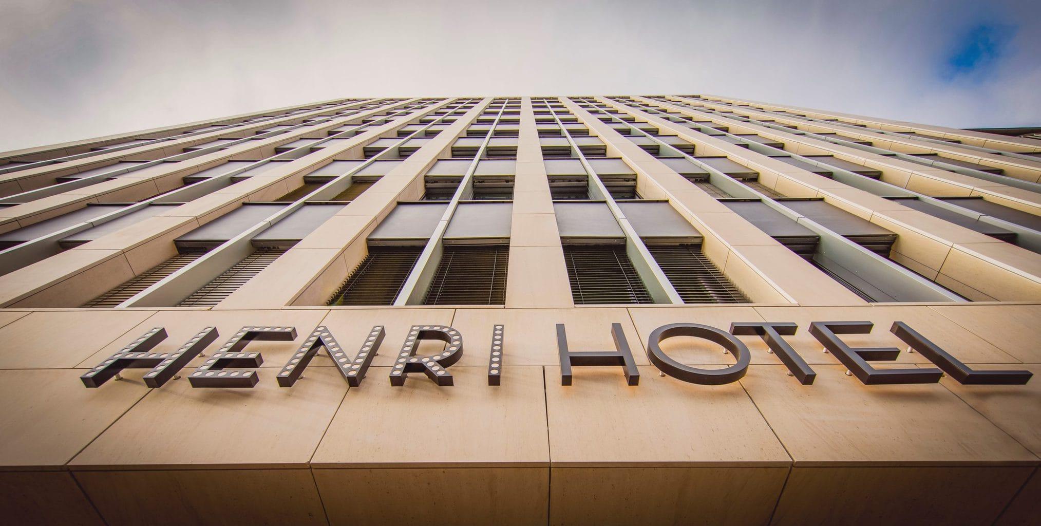 Het hotel Henri in Düsseldorf van buiten