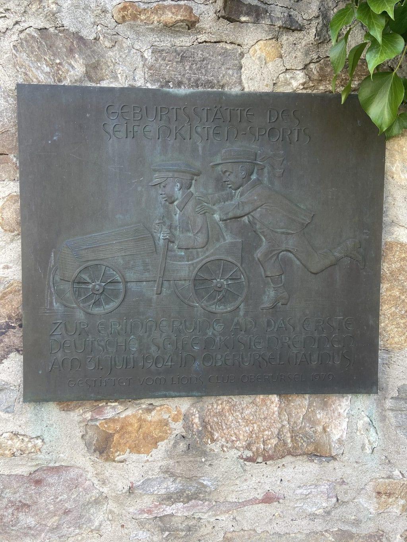 Erinnerungstafel ter ere van het begin van de zeepkistenrace in Oberursel