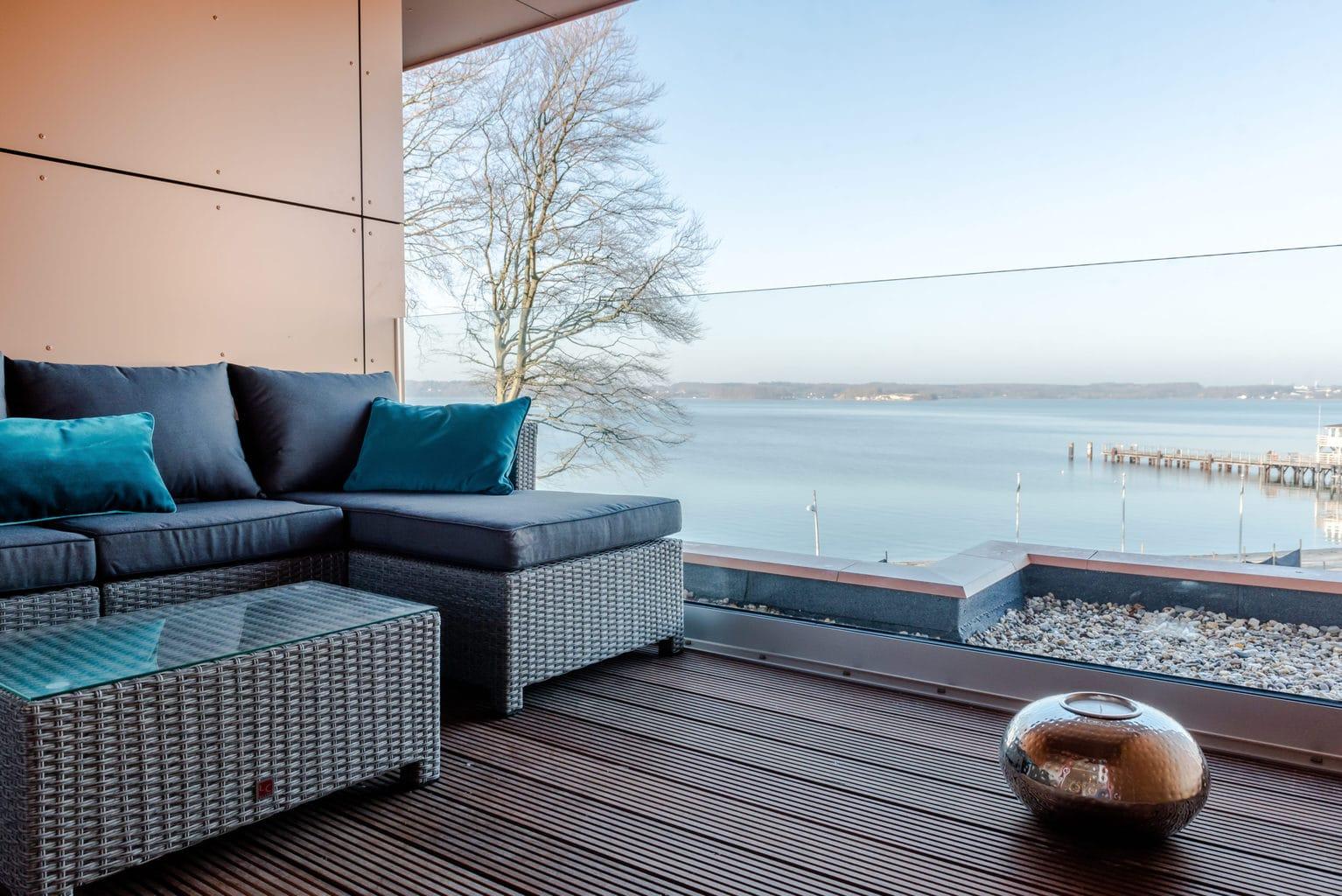 Meubels op balkon met uitzicht op zee in het stadje Glücksburg