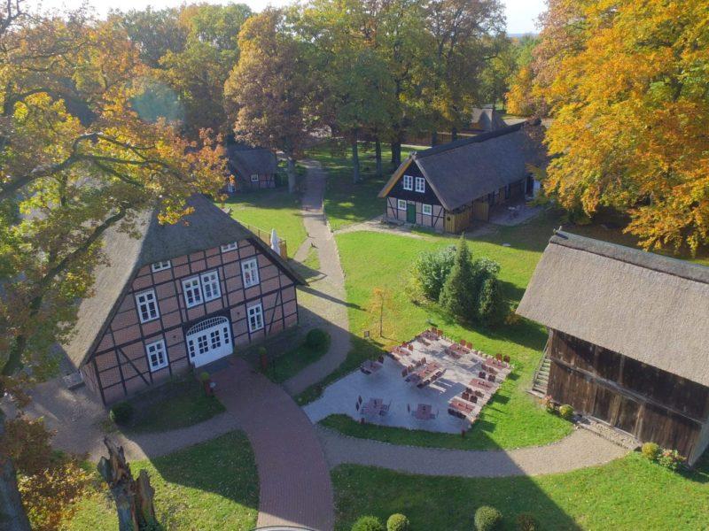 Hotel Stimbekhof in de Lueneburger Heide opname uit de lucht van boven