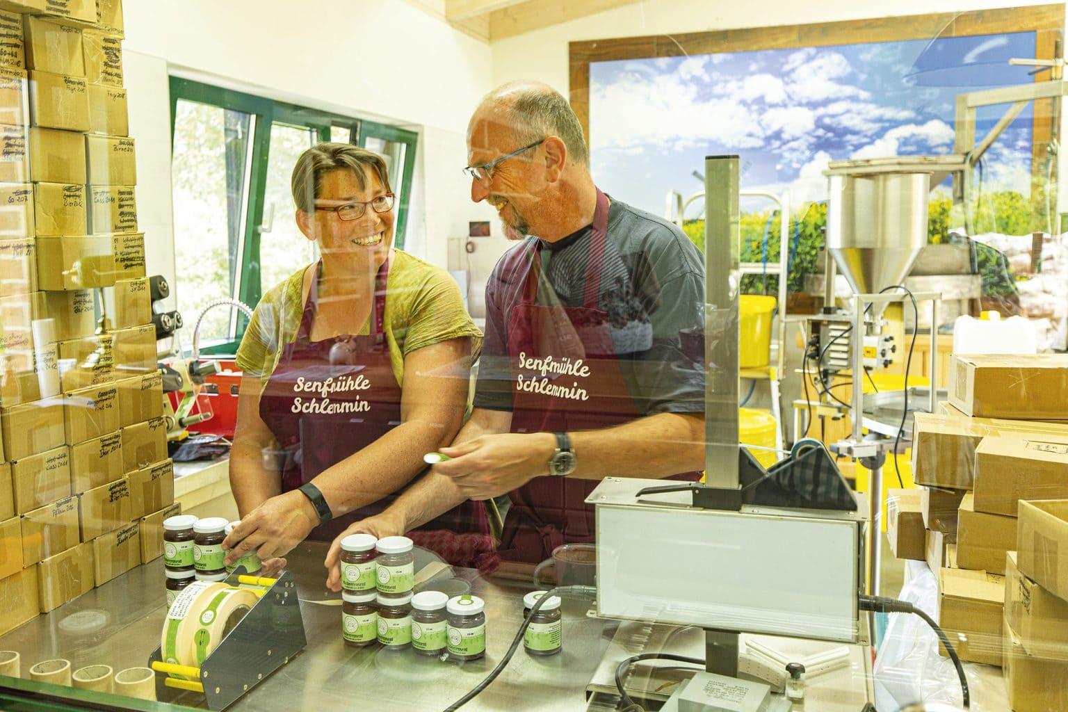 Ivonne en Michael Kostross tijdens het verpakken van hun mosterd
