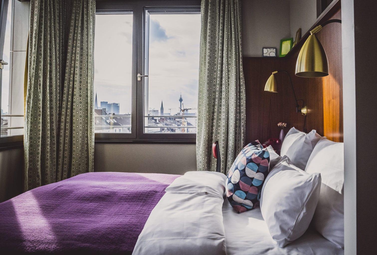 kamer met de stad Düsseldorf op de achtergrond