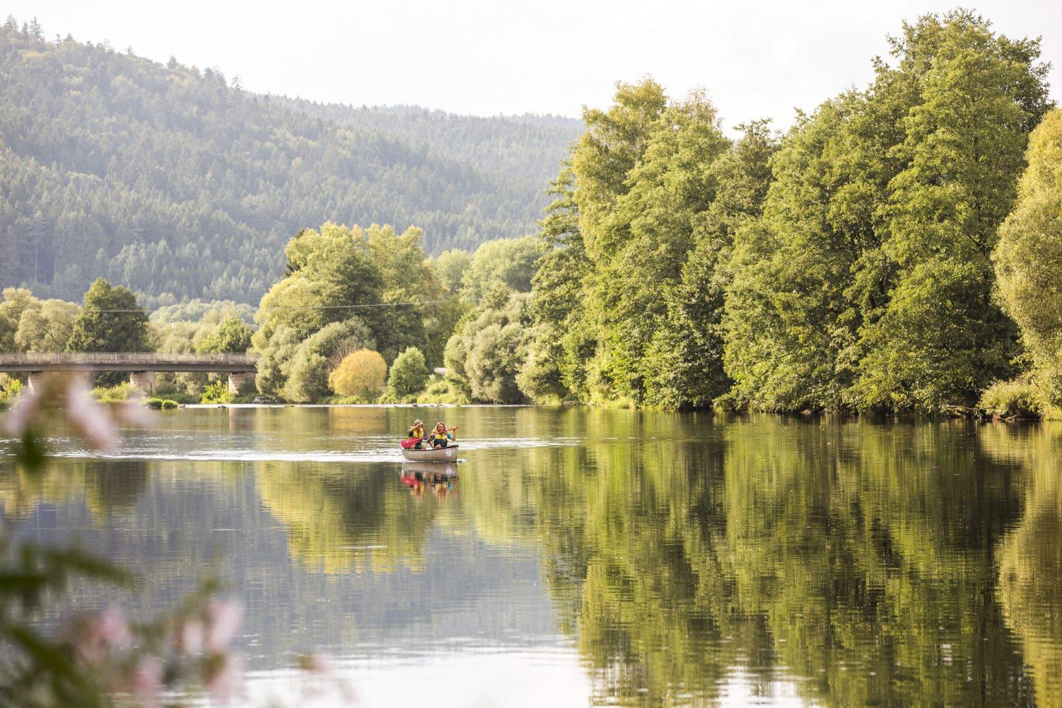 Een kano op de rivier Regen in het Beierse woud in Duitsland