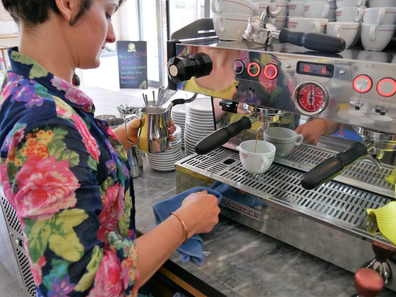 Een vrouw maakt een kopje espresso in Karlsruhe