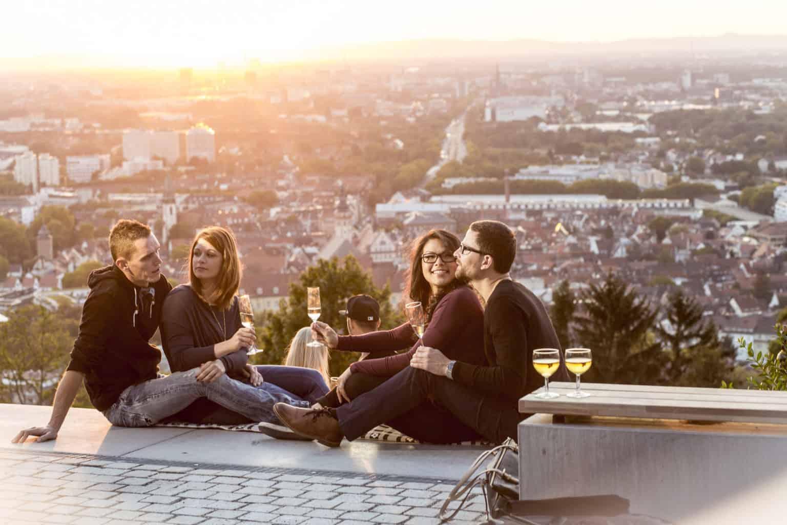 Karlsruhe de warmste stadt van Duitsland met jonge mensen die wijn drinken