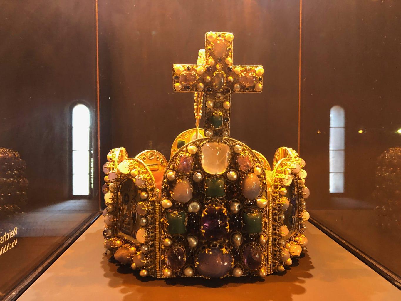 Imitatie van een keizerskroon te zien in een tentoonstelling op Rijksburcht Trifels