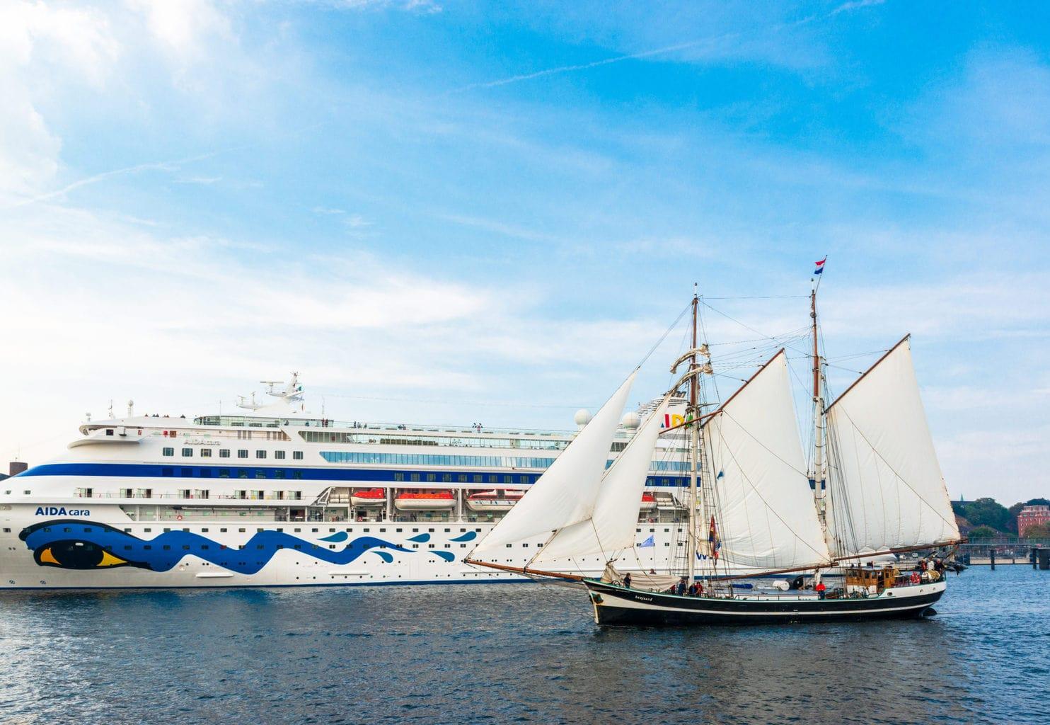 Een oud zeilboot voor een cruiseship aan de Kieler Förde