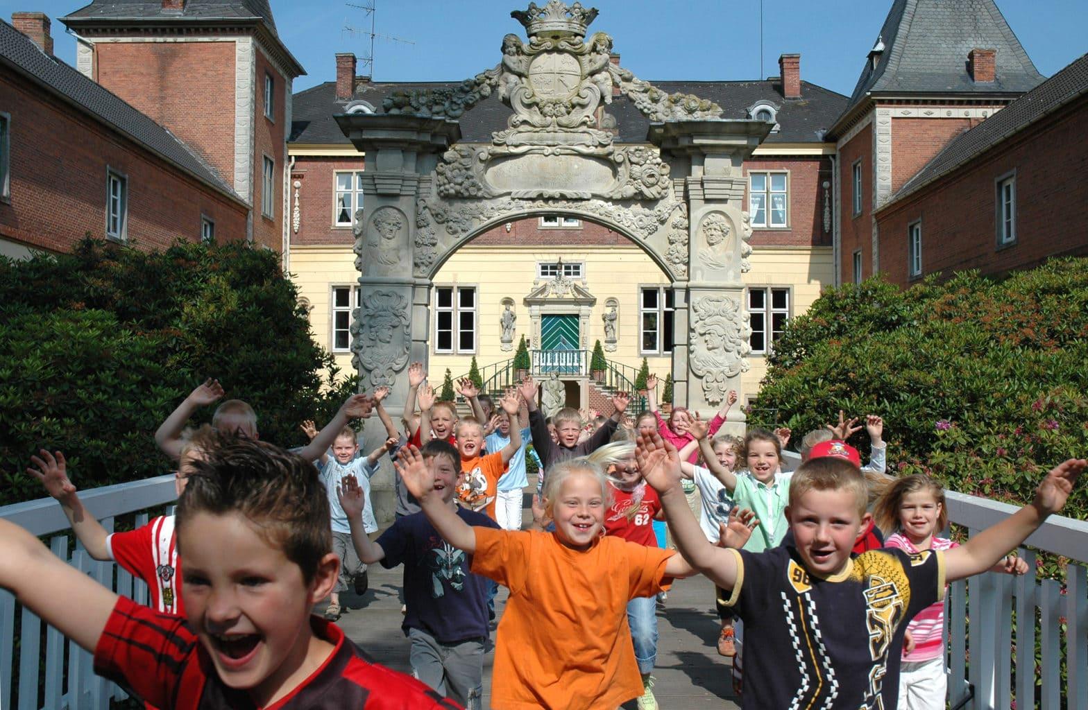 Kinderen zijn aan het feesten voor Schloss Dankern in het Emsland