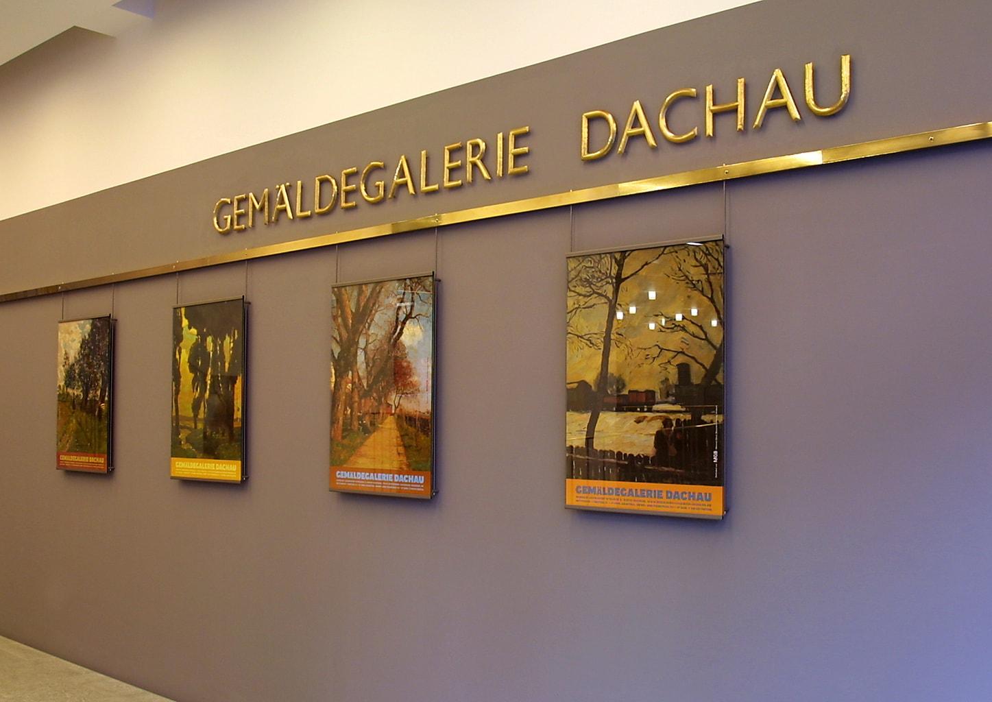 Affiches in Gemädegelarie behoort ook tot het dubbele verleden vanDachau